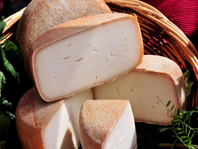 Présentation de fromage fermier des Pyrénées dans un marché local