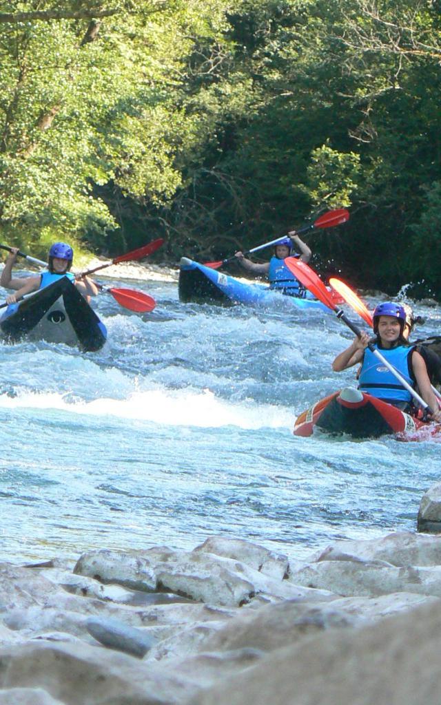 Groupe de personnes descend en canoë-kayak sur le gave d'Aspe