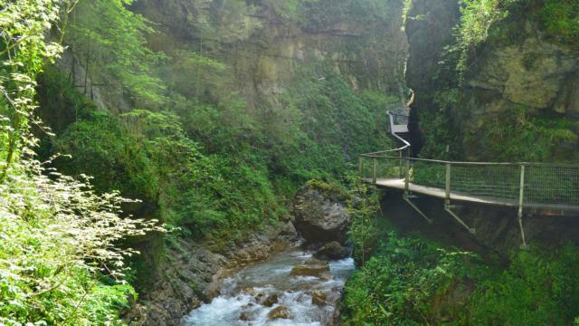 Ruisseau et passerelle dans les Gorges De Kakuetta