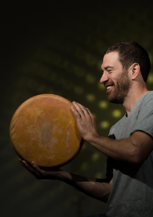 Producteur de La Ferme de Lanset à Aydius avec un fromage