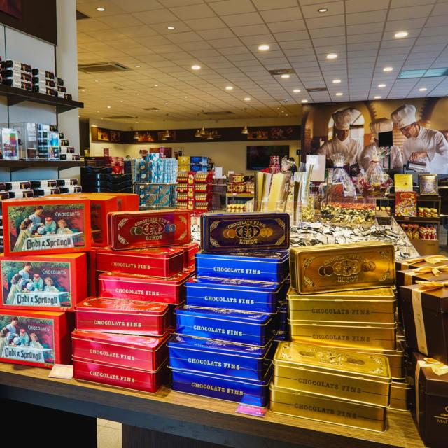 Intérieur du Magasin D'usine Des Maîtres Chocolatiers Lindt à Oloron Sainte-Marie