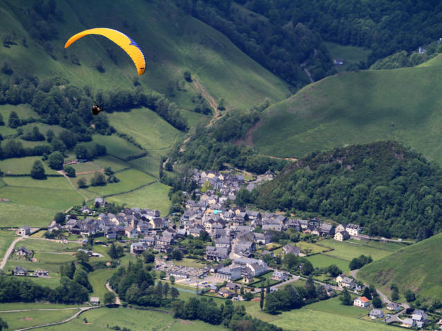 Parapente survole le village d'Accous