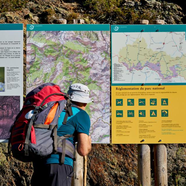 Pèlerin de St Jacques de Compostelle observe des panneaux du Parc National des Pyrénées