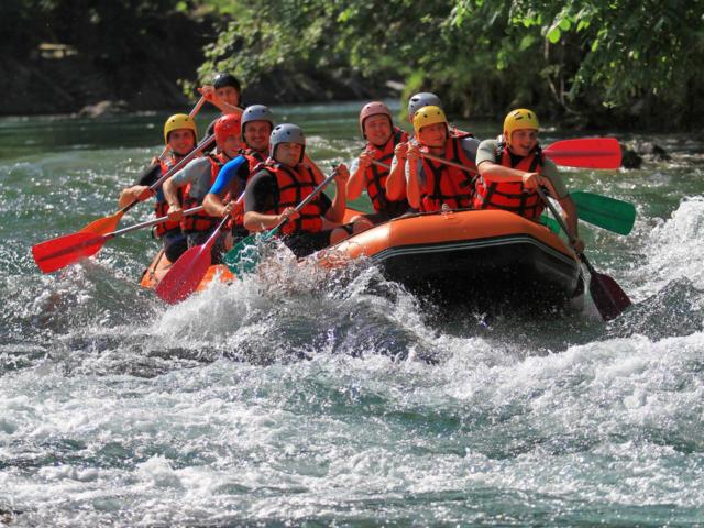 Groupe de personnes font du Rafting Sur Le Gave D'aspe à Oloron Sainte Marie