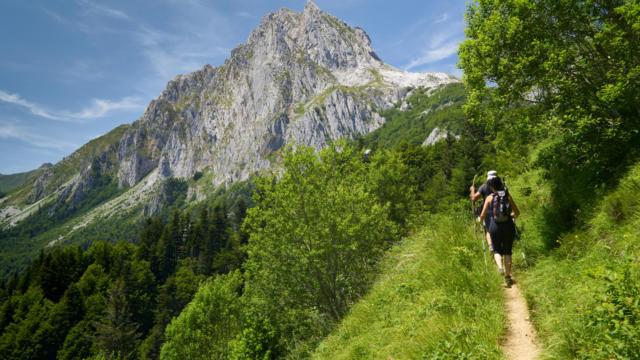 Deux randonneurs marchent sur un petit sentier à Lescun, vers le Lac de Lhurs
