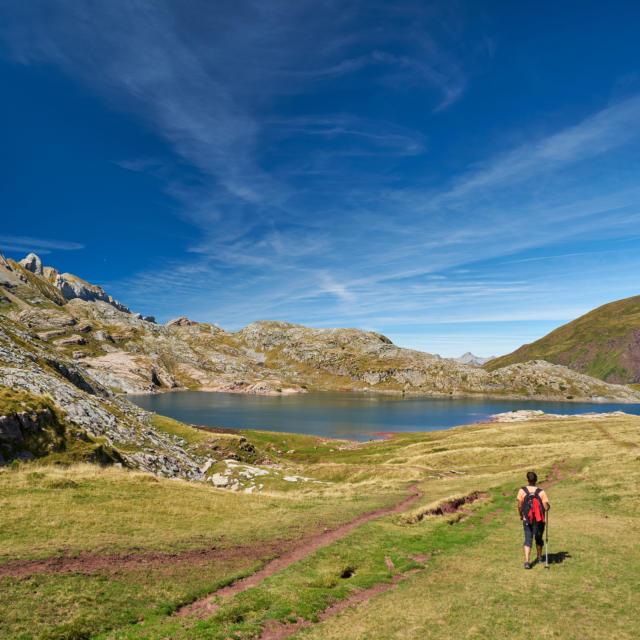 Un randonneur devant le lac d'Estaens, dans la vallée d'Aspe