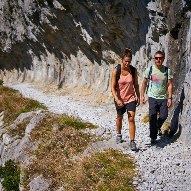 Senderistas sobre el chemin de la Mâture en Urdos