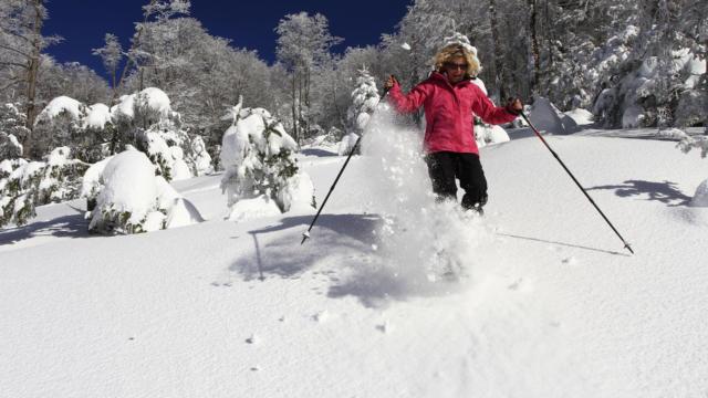 Randonneuse en raquettes de neige à l'Espace Nordique d'Issarbe