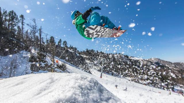 Snowboarder saute sur la neige