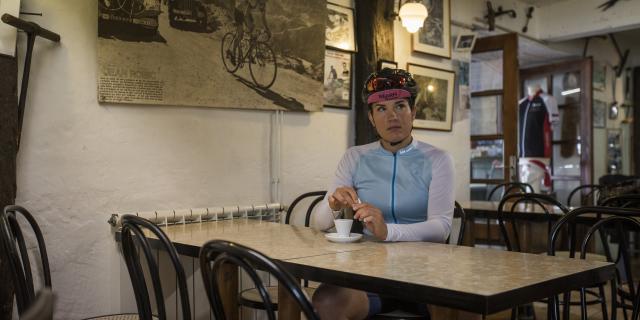 Camille Deligny, une cycliste, est dans un café