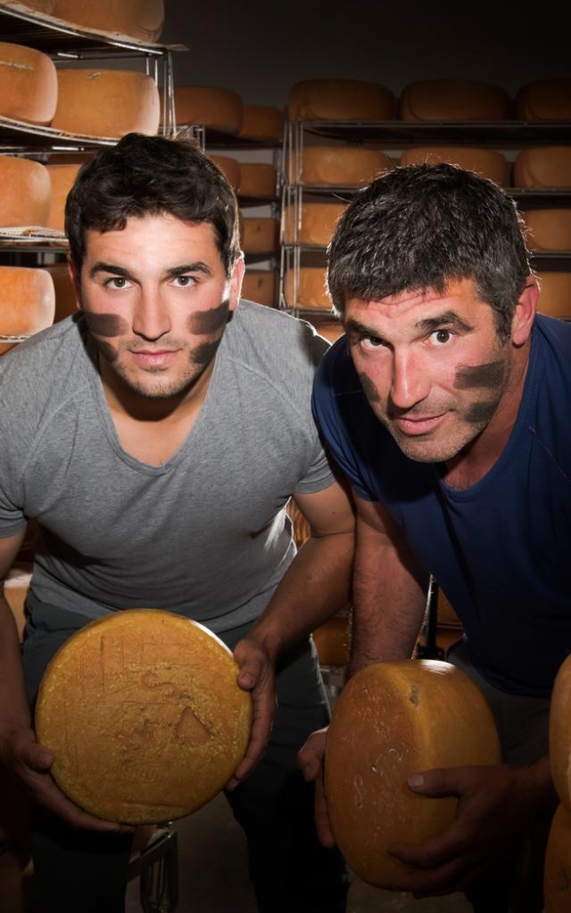 Producteurs du Gaec Salet à Arette avec ses fromages