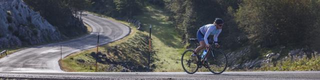 Une cycliste roule sur les routes de montagne des Pyrénées béarnaises