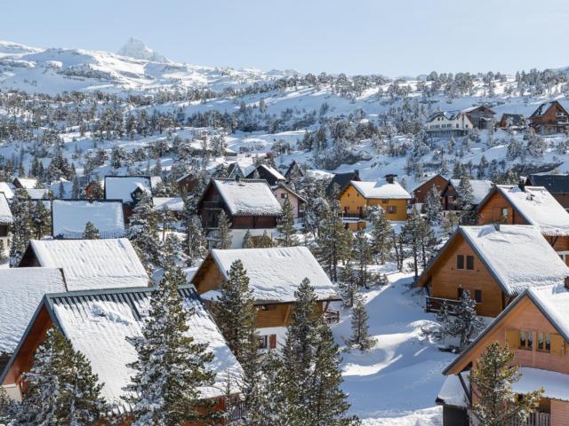Village de chalets dans la station de la Pierre Saint Martin sous la neige
