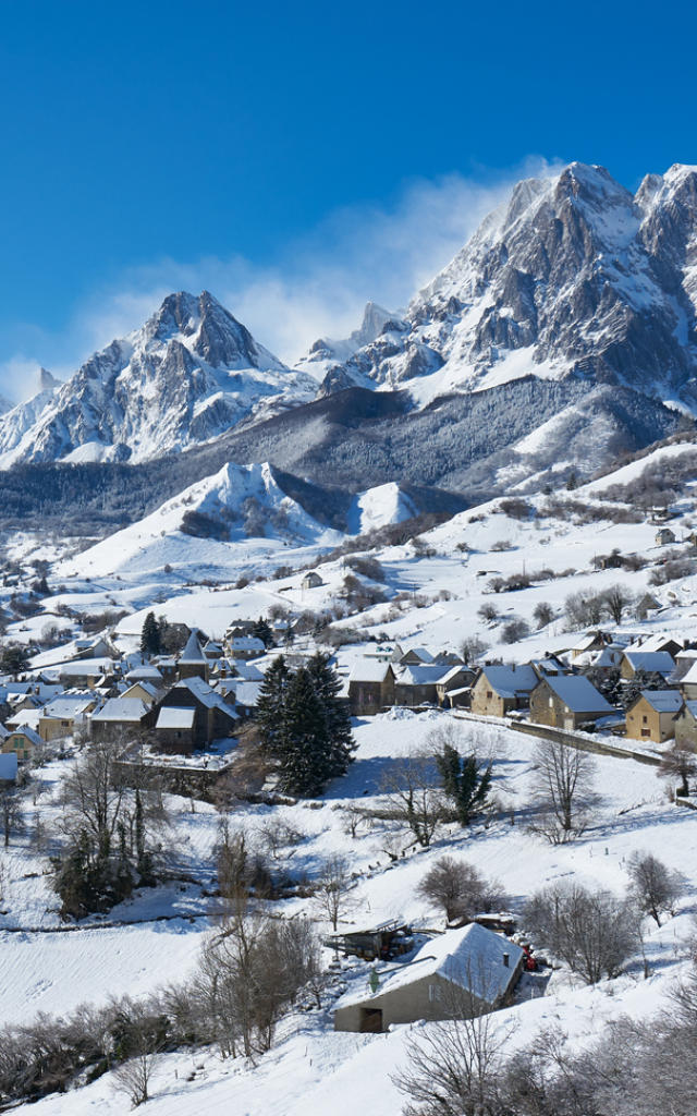 Vue sur le village de Lescun et sur les montagnes enneigées dans la Vallée d'Aspe