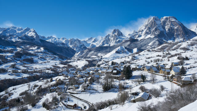Circo y pueblo de Lescun en la nieve