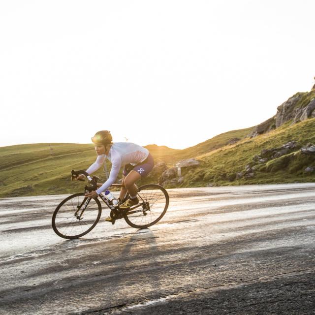 Ciclista en una carretera de montaña