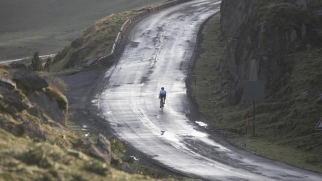 Une cycliste entame une ascencion