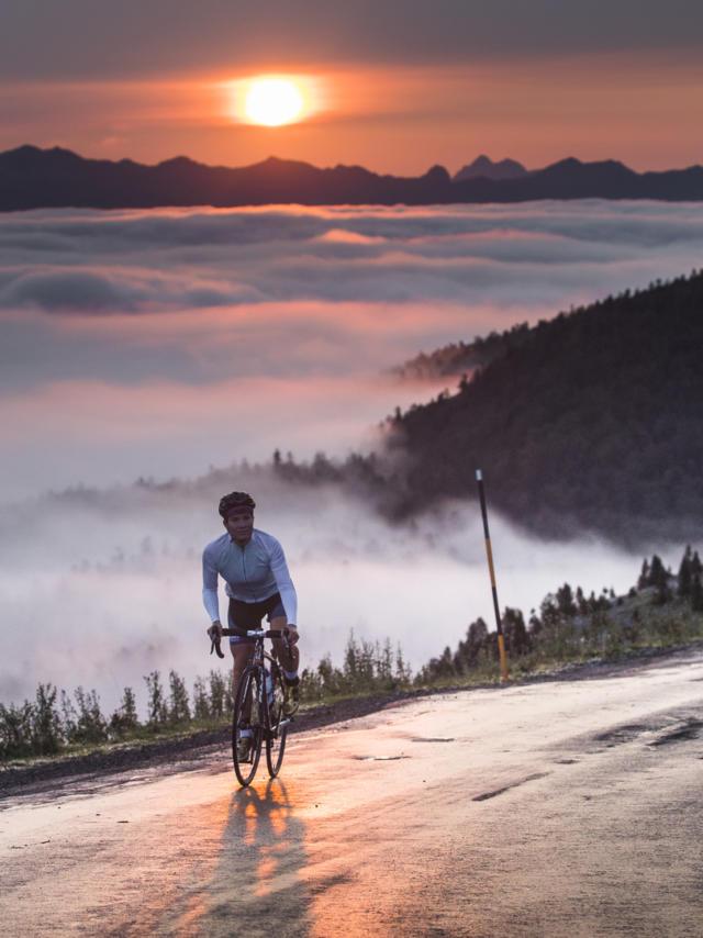 Ciclista sobre un mar de nubes