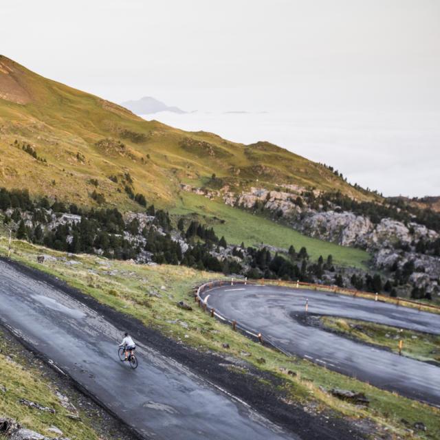Une cycliste dans la montée d'un col