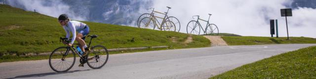 Cycliste en train de gravir le col de l'Aubisque
