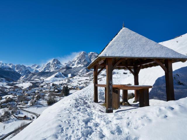Circo y pueblo de Lescun en la nieve desde el Belvedere