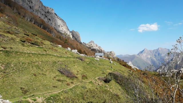 Sentier et cabane de berger dans la montagne