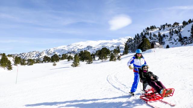 Descente skieurs en tandem handicapé