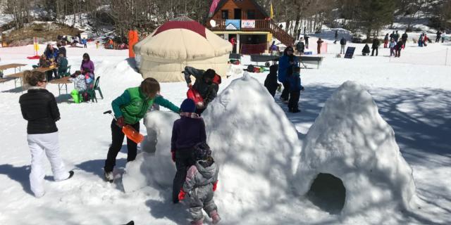Enfants fabriquent des igloos pendant la journée des enfants trappeurs