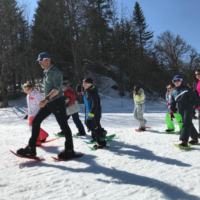 Enfants marchent en raquettes de neige