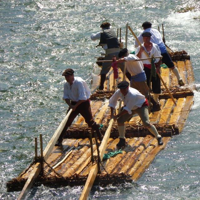 Armadía en el rio Aspe