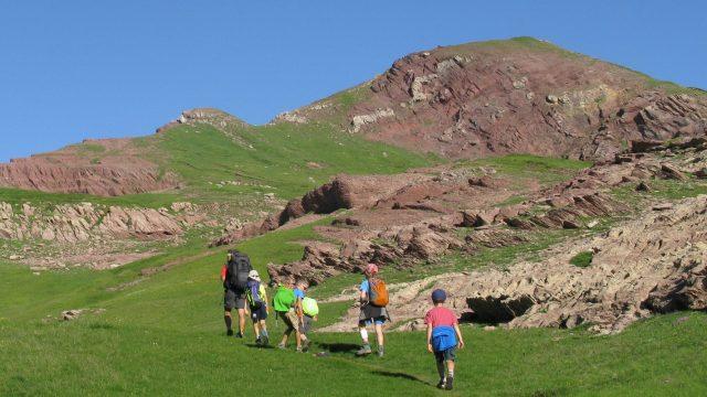 Géologie : montée vers le col d'Arlet, sur des roches rouges pour voir la vallée du
