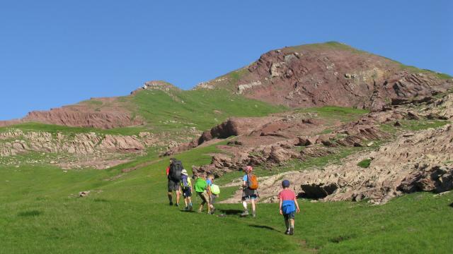 Montée vers le col d'Arlet, sur des roches rouges pour voir la vallée du