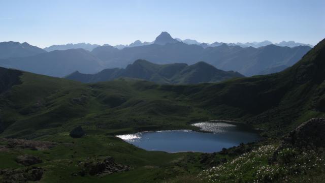Du col d'Arlet dernier regard vers l'Est sur le pic du Midi d'Ossau. Plus bas, le lac et le refuge d'Arlet (vallée d'Aspe) - Pyrénées béarnaises