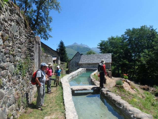 Les moulins du Bugala et leurs canaux ; le pont en calcaire « griotte » (Vallée d'Aspe - Pyrénées béarnaises)