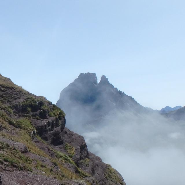 Au-dessus du col d'Ayous, le pic du Midi d'Ossau et ses laves datant d'environ 275 millions d'années…émerge d'une mer de nuages (Pyrénées béarnaises)