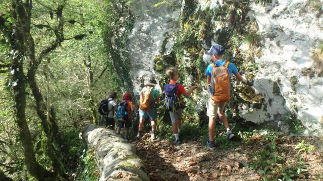 Passage en mini-via ferrata sur un escarpement de calcaire à rudistes (vallée d'Aspe - Pyrénées béarnaises)