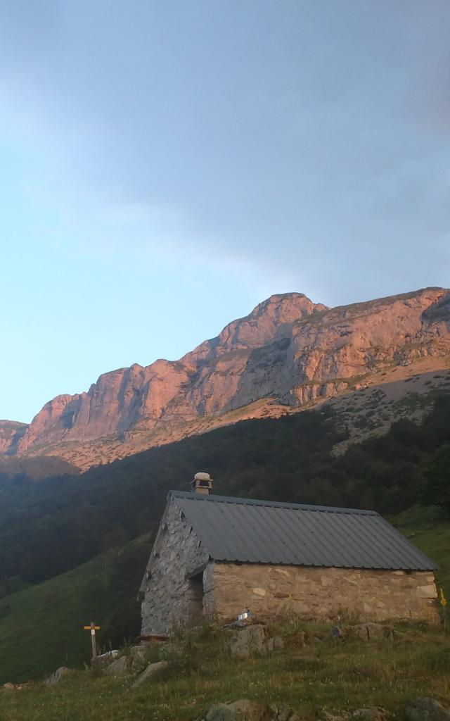 Lever de soleil sur la cabane de Boué. Au fond, éclairé, le Mailh d'Eygarry, point culminant du treck (vallée d'Aspe - Béarn Pyrénées)