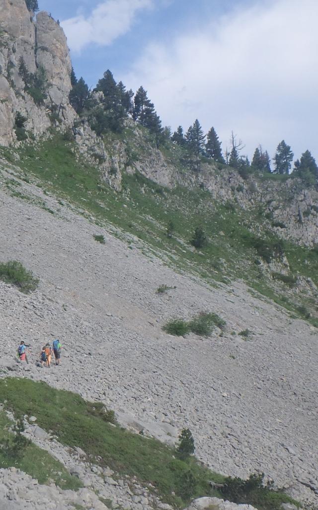 Le petit groupe progresse prudemment sur les éboulis calcaires du « Plat à barbe », mythique dans le vallon de Bedous (Vallée d'Aspe - Pyrénées béarnaises)