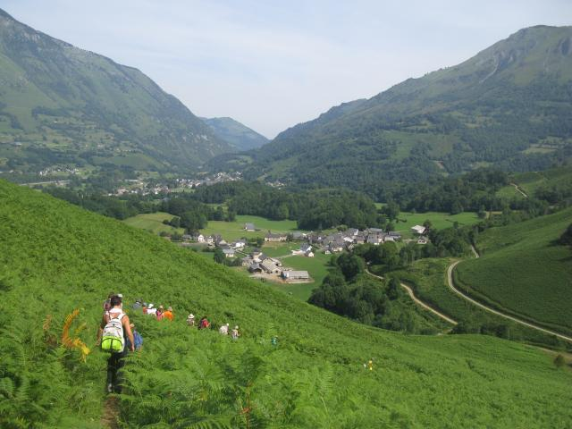 On descend du Pouey d'Accous, butte d'ophite restée en relief dans le vallon (Pyrénées béarnaises)