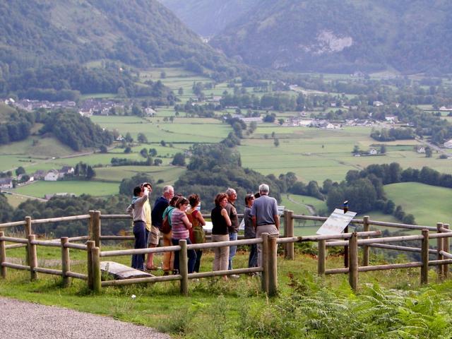 La table d'orientation de Bedous et les panneaux de la route géologique Aspe-Haut Aragon (Pyrénées béarnaises)