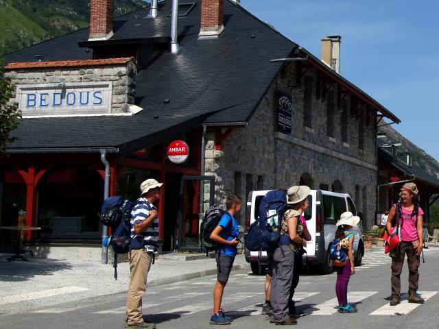 Accueil et départ du minitreck en boucle, à la gare de Bedous (Pau-Canfranc), avec guide géologue et accompagnateur en montagne (vallée d'Aspe)