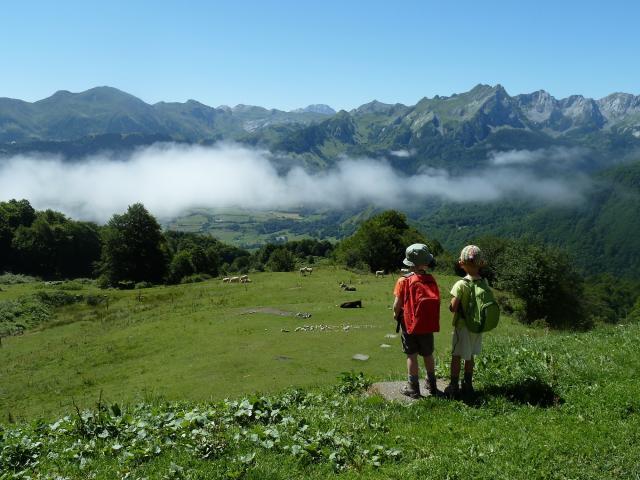 Départ matinal du refuge de l'Abérouat : perplexité (rêves ?) de futurs montagnards devant une mer de nuages s'effilochant (vallée d'Aspe).