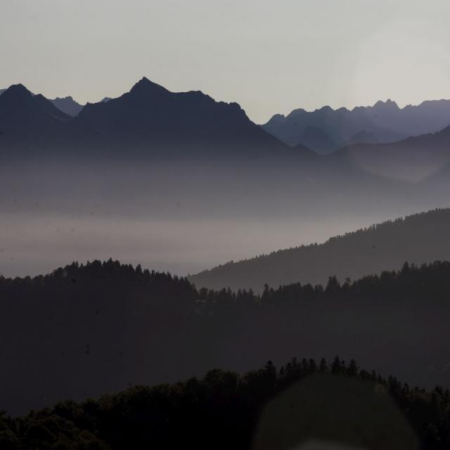 Paysage des Pyrénées béarnaises sous la brume