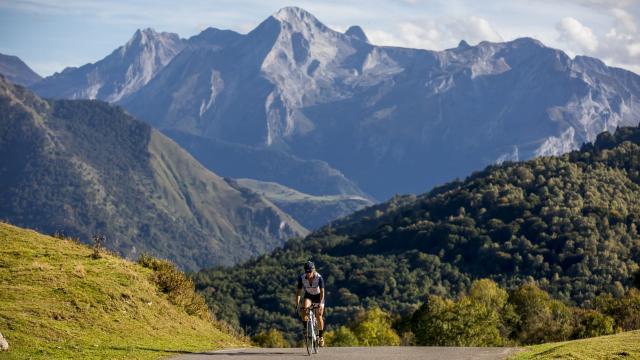Camille Deligny sur la route des cols mythiques du Tour de France (Pyrénées béarnaises)