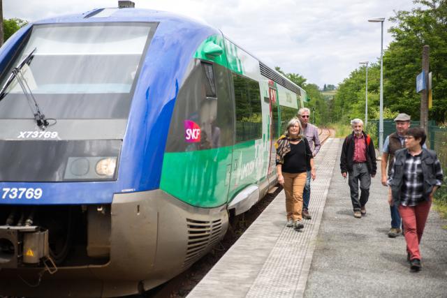 Descente du train en gare de Buzy : prêts pour rejoindre les itinéraires du GéoTrain à proximité d'Arudy et au-delà ! (Béarn, Pyrénées)