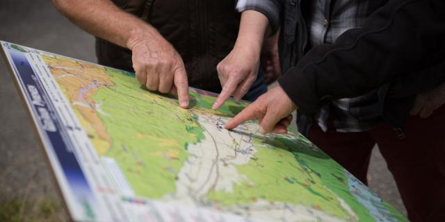 Devant les panneaux du Géotrain, repérage de l'itinéraire pédestre de Buzy à Arudy (Béarn, Pyrénées).