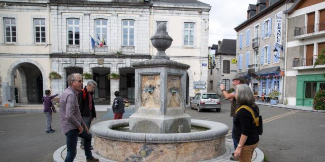 Fontaine entièrement façonnée en calcaire ou « marbre » d'Arudy datant du Crétacé (125 millions d'années). On peut y observer de belles coupes de coquilles et de coraux (Béarn, Pyrénées).