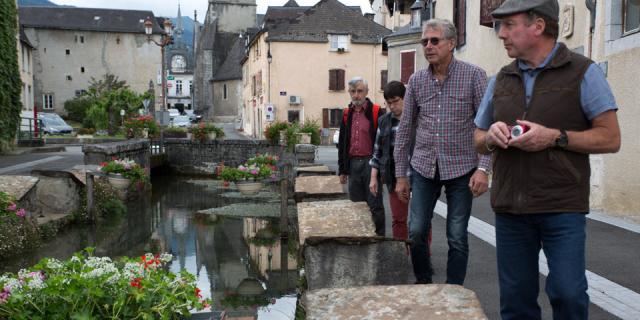 Canal creusé au XIV° siècle, dérivation du gave pour les abreuvoirs, lavoirs, moulins à grain et utilisé pour y faire tremper les cuirs des tanneries jusqu'en 1894. Les dalles sont en grès, roche massive et dure (Béarn Pyrénées).