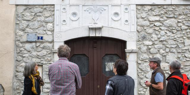 Une des maisons anciennes d'Arudy. La porte est surmontée d'une dalle sculptée dans du marbre blanc provenant d'une carrière située à Louvie Soubiron, dans des calcaires du Dévonien (410 millions d'années). Béarn-Pyrénées.