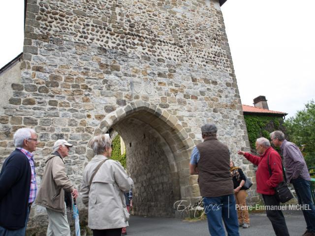 Vestige de la bastide de Gan fondée en 1335 : la porte Nord est construite avec des matériaux locaux : grès, galets, calcaires de Lasseube… (Béarn, Pyrénées).